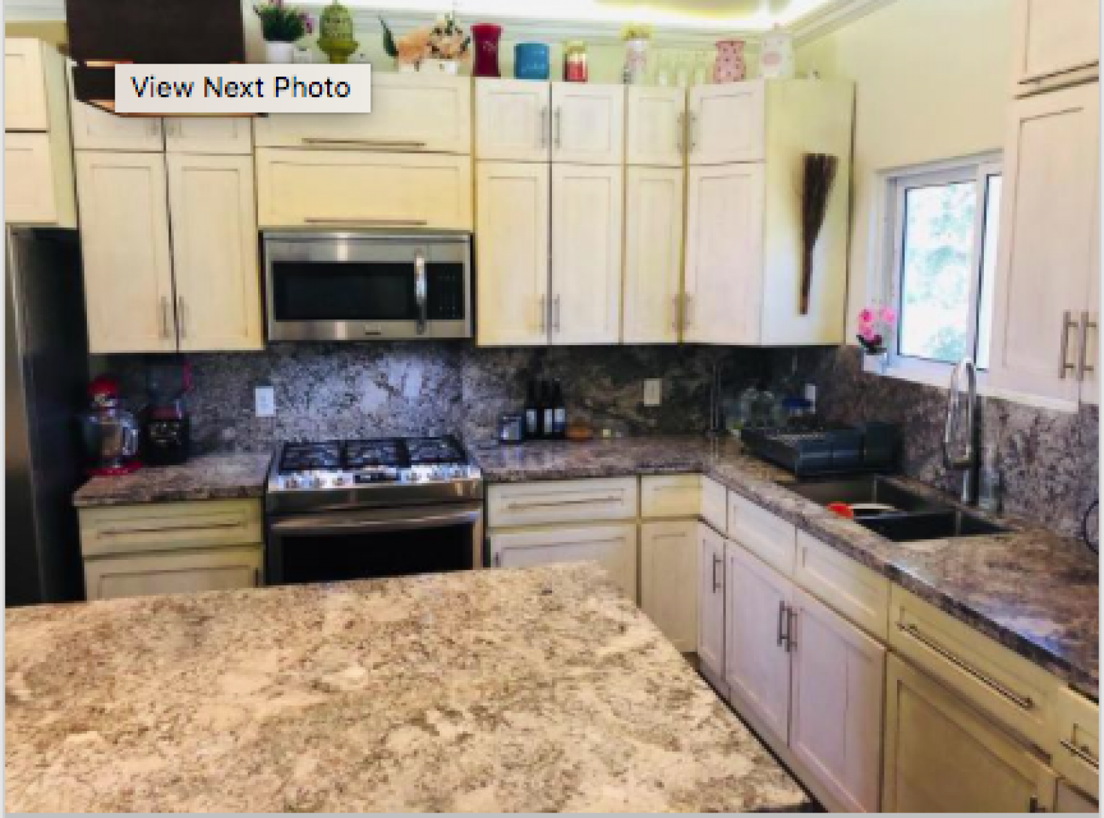 High-end appliances, fully equipped and designed for entertaining.